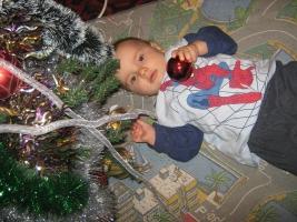 бебе под елхата