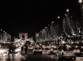 Коледната река по Champs Elysees