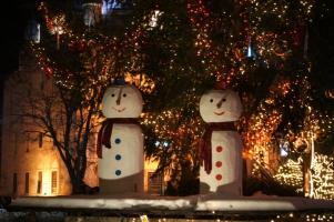 Снежко и Снежка пред коледната елха в центъра на Разград