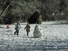 Деца играят вън