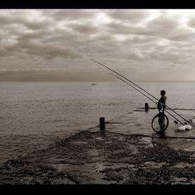 Момчето,което говори с морето на някакъв странен език...