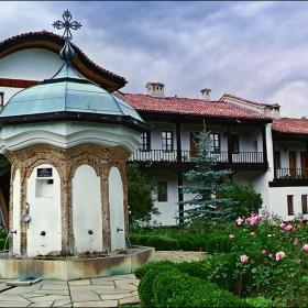 Чешмата на Колю Фичето в двора на Соколския манастир