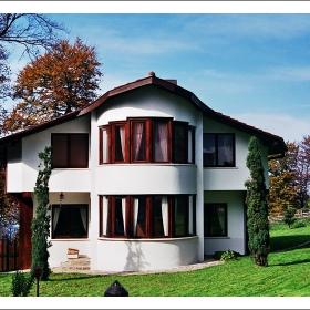 Бяла къща, двор зелен