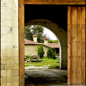 Зад манастирската порта