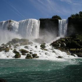 Американската част на водопада, видяна от корабчето