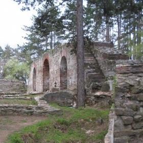 Част от защитната крепостната стена  в месността Хисарлъка - гр.Кюстендил
