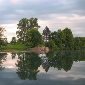 Там край реката
