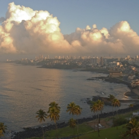 Океанът, облаците и градът