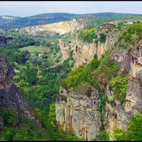 Карлуково - пещерният дом