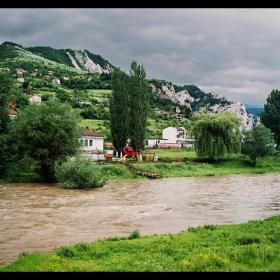 Там, край реката