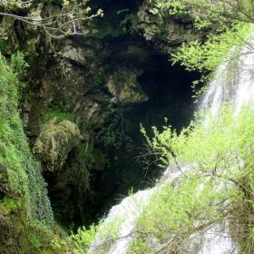 Входа на пещерата зад Големия Водопад - с. Хотница