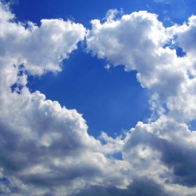 Облачета мързеливо пълзят по небето
