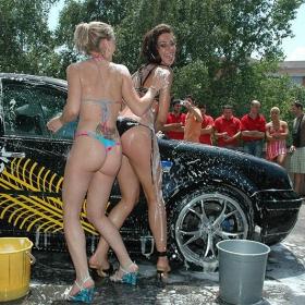 автомивка с момичета по бикини 5