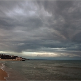 облаци се мръщят......мрачни....