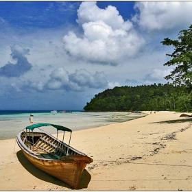 Лодка на плажа