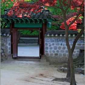 Порта в градината
