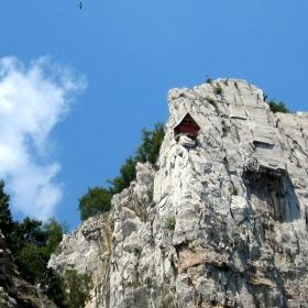Къщичка върху скали