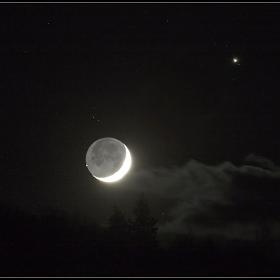 Момента на съединението на Луната с Венера,(отляво на Луната) .Горе в дясно е Юпитер със спътниците си.1Декември2008 г.Canon 5D 400mm обектив