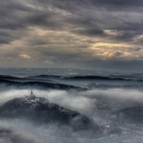 Градски пейзаж с мъгла