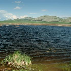 езеро по време на вятър