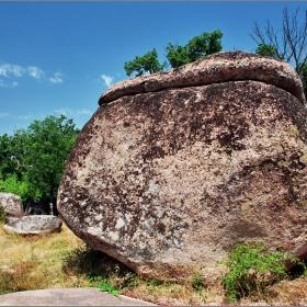 Тая каменна глава как ли тука е дошла?