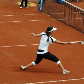 Цветана Пиронкова в борба за къса топка