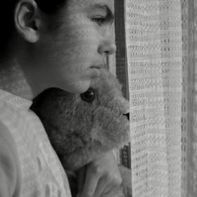 тъжни . . . зад  прозореца