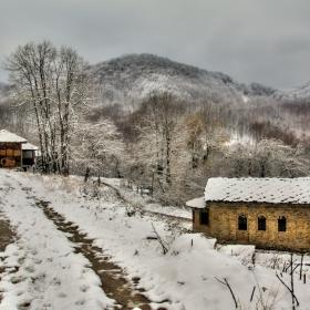 изглед към снежните хълмове