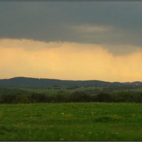 дъждовен залез над полята..
