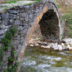 Мостчето край  входа на Ягодинската пещера