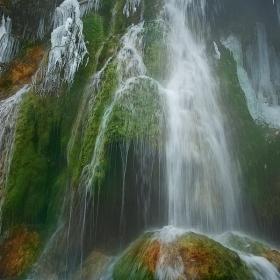 навсякъде отеква щумът на водопада