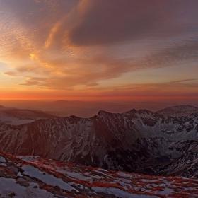 Обичам планината сутрин рано, когато върховете улавят първите лъчи, когато се събуждат поляните огряни и тревата от роса блести.