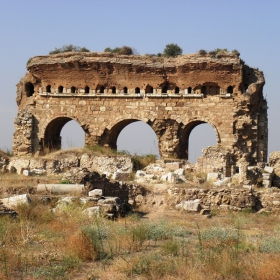 Останките от внушителния портал на гимназиума в античния град  Тралейс-егейска Турция