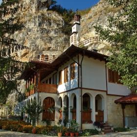 Още един поглед от двора на Бесарбовския скален манастир
