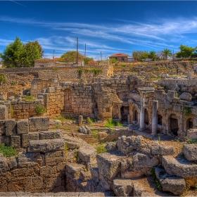 Фонтанът Peirene и днешните къщи на Коринт - делят ги 2500 години и един пласт земя.