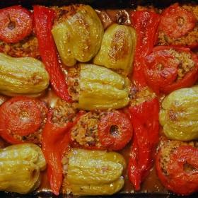 Пълнени чушки и домати с кайма и ориз