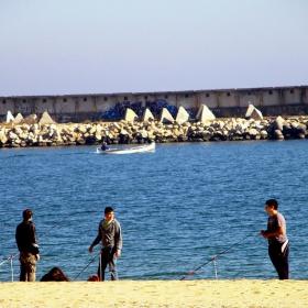 Рибарски неволи в топлия ноемврийски есенно-летен ден