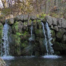 Водопад от каскадата водопадчета на една от рекичките над с. Локорско
