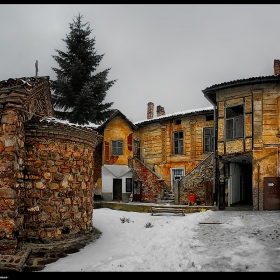 - Манастирският двор -