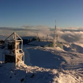 И доката нежните лъчи на слънцето ни канеха на вън, вятърът ни напомняше че все още е зима...