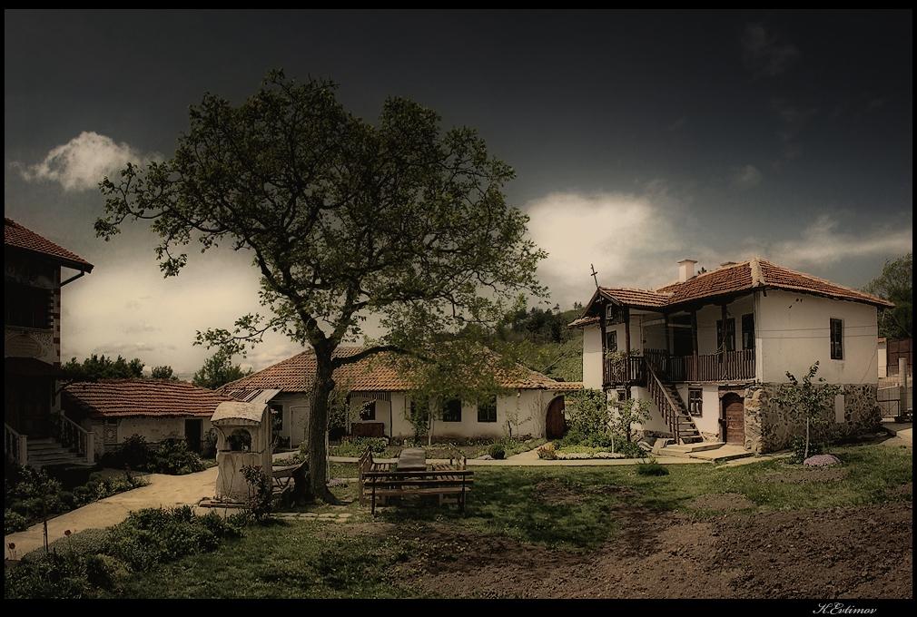 - Манастирското дворче -