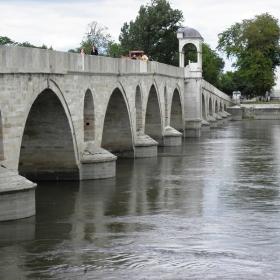 Стар мост от 15 век на река Марица край Одрин който функционира до днес.