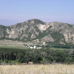 Панорамна снимка на вулканичния рид Кожух и Рупите от източния връх връх.