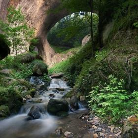 В местността Чудните мостове