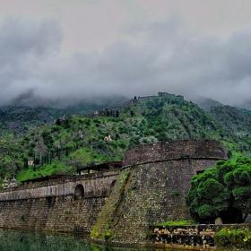 Крепост и мъгла