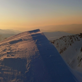 JULY MORNING - Да посрещнем изгрева на гребена на снежната вълна