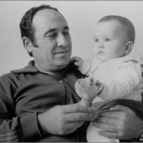 Автопортрет с внучето....1993г