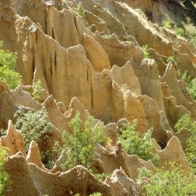 Красивите форми на природната забележителност-пирамидите при село Стоб.