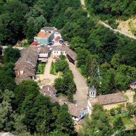 Манастирът  вертикално