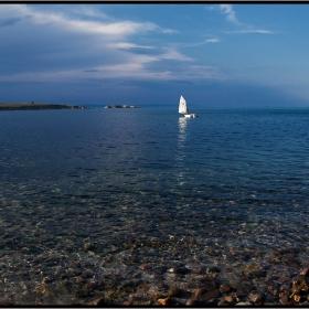 Морето пее синя песен